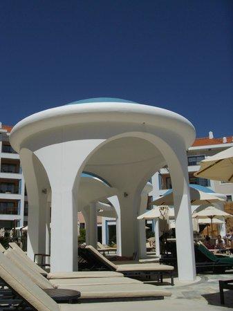 Hilton Vilamoura As Cascatas Golf Resort & Spa : Swimming pool shade areas