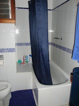 La Penita Apartments: Bath and shower - wet floor alert!!
