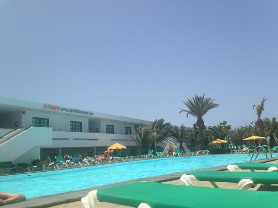 La Penita Apartments: View of hotel and pool from lounger