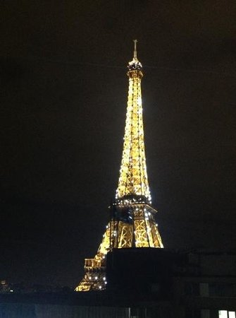 Mercure Paris Centre Eiffel Tower Hotel : View from our bedroom window at night.