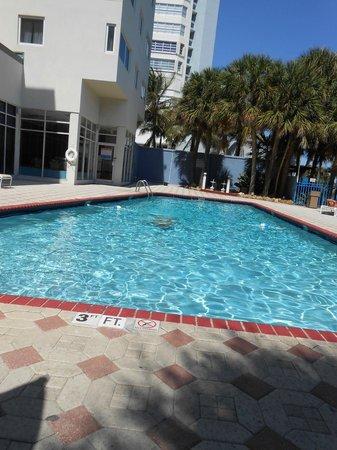 Crystal Beach Suites & Health Club: la piscine