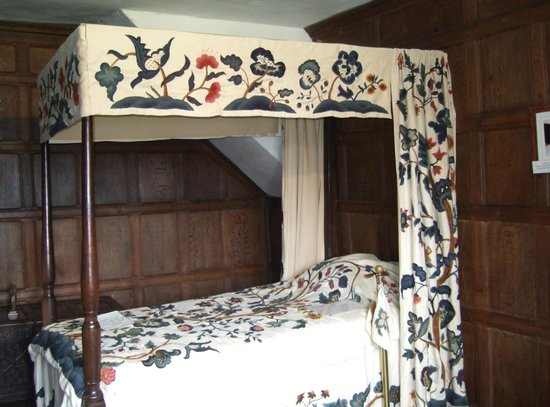Harvington Hall: Four Poster Bed