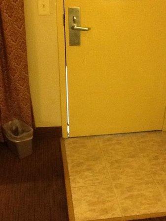 Stay Suites of America - Crestview, Florida : Door gaps