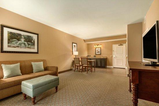 Embassy Suites by Hilton Savannah: Deluxe Suite Living Area