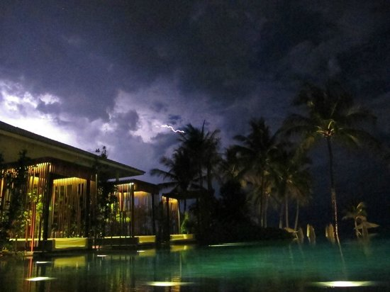 Cape Nidhra Hotel: Lightning from the bar