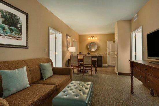 Embassy Suites by Hilton Savannah: Suite Living Area