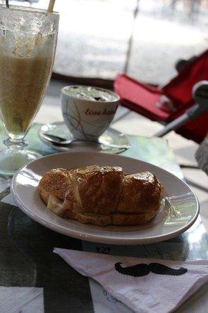 El Cafe de Aca : Medialuna con relleno y pituco.