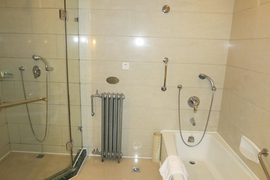 Broadway Mansions Hotel: Bath in standard double room