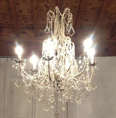 Residenza Il Villino B&B : Handsome chandeliers add some glamour to the simple rooms.