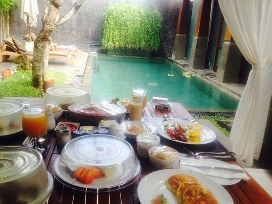 The Kayana Bali: huge breakfast in villa !