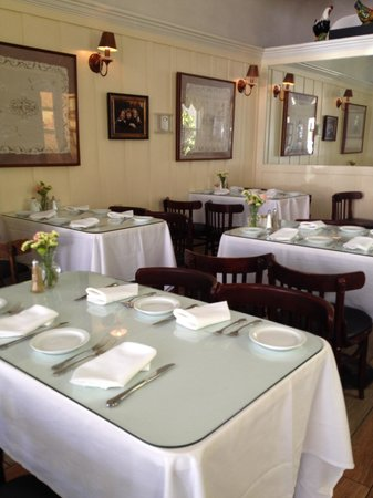 Della Santina's Trattoria: The very welcoming dining room
