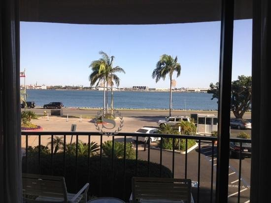 Sheraton San Diego Hotel & Marina: View from room 371. Walking/jogging path along the water.