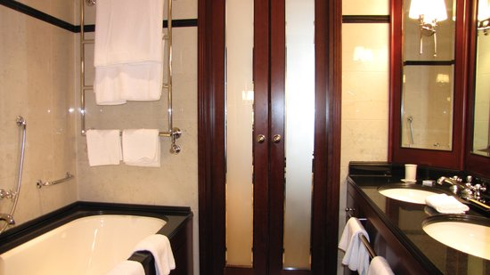 Hotel Adlon Kempinski: Banheiro grande com banheira, pia dupla, tudo separado