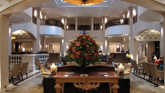 Hotel Adlon Kempinski: Entrada impecável (lobby) do hotel