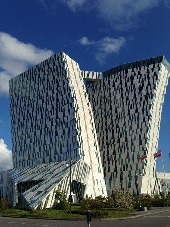 AC Hotel by Marriott Bella Sky Copenhagen: le due torri dell'hotel viste dal parcheggio