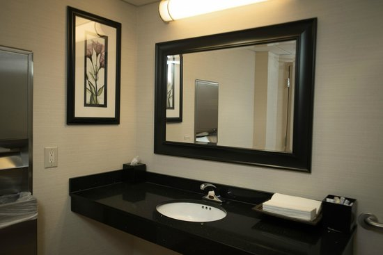 Fairfield Inn & Suites Cincinnati North / Sharonville: Public Restroom
