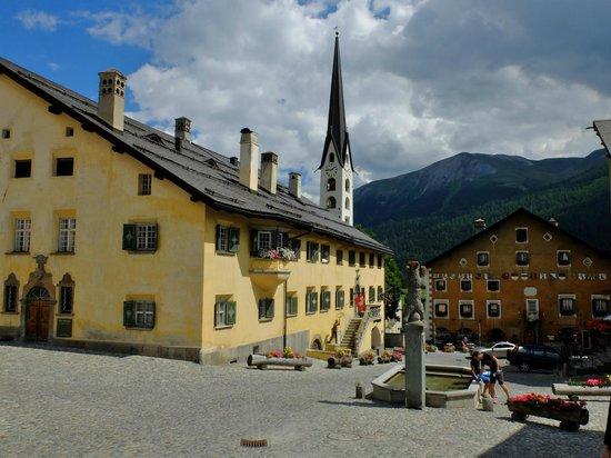 Zuoz, Sveits: 美しい広場から見るスタイリッシュな教会の尖塔