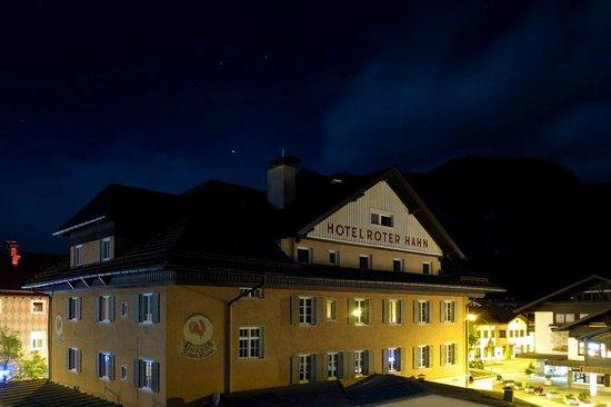 Hotel Roter Hahn: Вид на головное здание отеля из окна кухни наших апартаментов