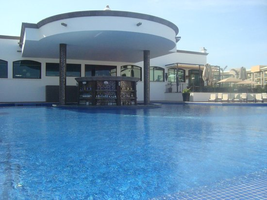 Grand Residences Riviera Cancun: Adult pool, swim up bar