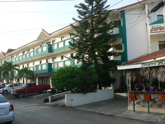 Condo Hotel Plaza Europa: Parking on side of building