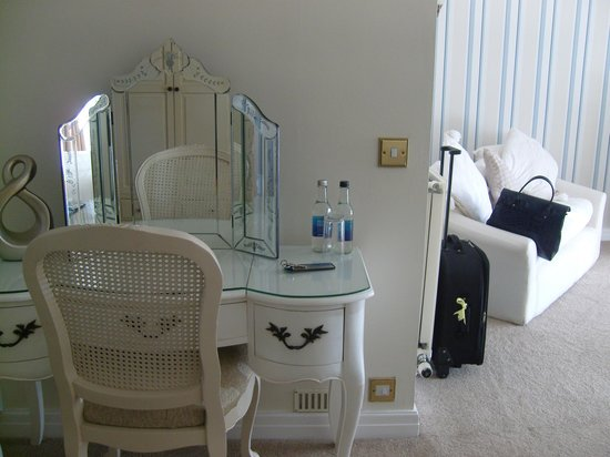 Singleton Lodge Country House Hotel: Dressing area