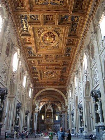 Arcibasilica di San Giovanni in Laterano: Nave central de Laterano co los magníficos casetones del techo; al fondo, el baldaquino y el ábs