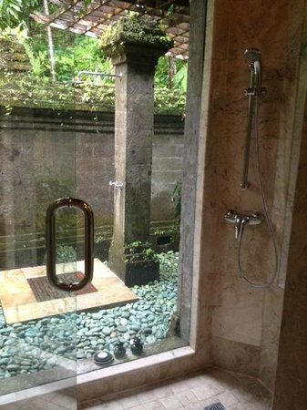 Warwick Ibah Luxury Villas & Spa : Outdoor Shower