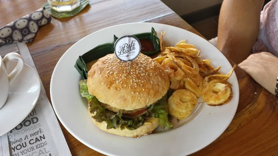 Bali Buda: Chicken burger organic and local. Bread baked in house.