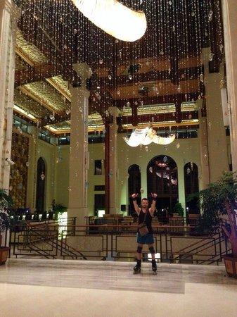 Wyndham Grand Plaza Royale Hainan Longmu Bay: Территория отеля большая, гоняли на роликах (брали с собой)