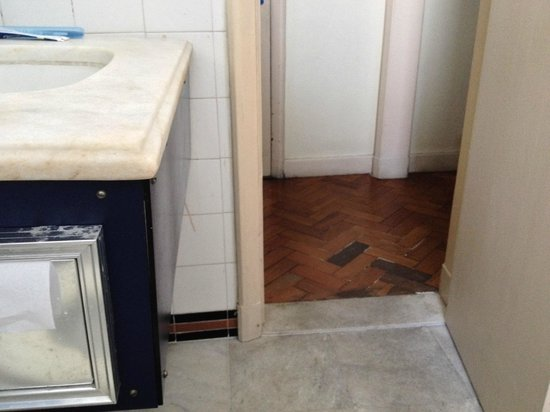 Aeroporto Othon: detalhe do banheiro e pisos