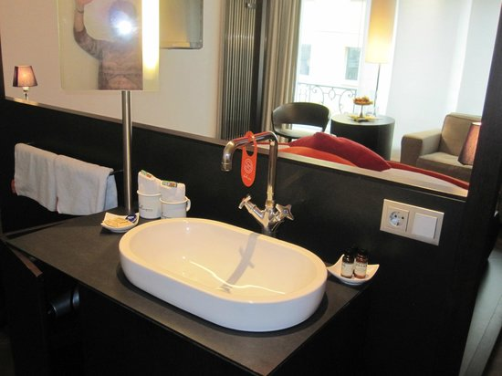 Hotel Hollmann-Beletage: Sink behind bed headboard