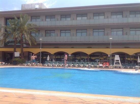 Hotel Mediterraneo Benidorm: poolside