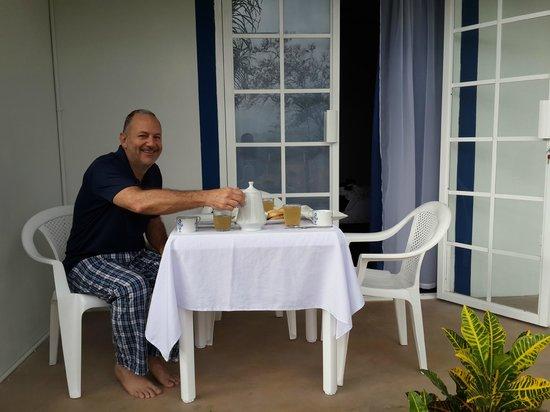 Coffee Mountain Inn: Breakfast outside on our patio