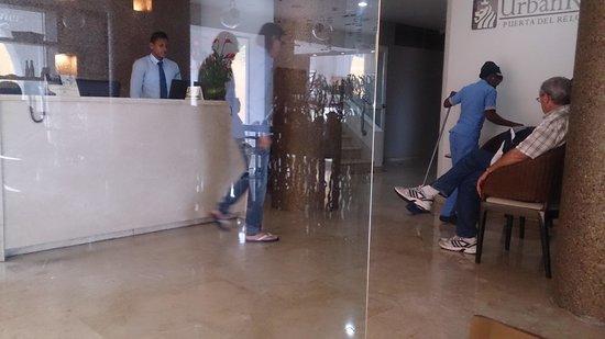 NH Cartagena Urban Royal: No es hora de hacer aseo en el lobby
