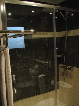 Hotel Constanza Barcelona: Outstanding shower stall with high end shower heads