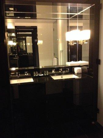 Crown Metropol Perth: Double sink bathroom