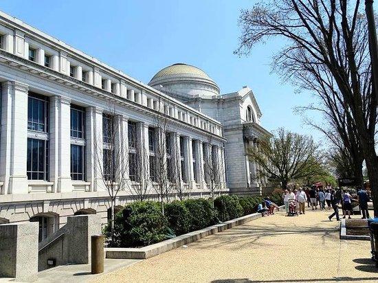 Museo Nacional Smithsonian de Historia Natural: outside natural history museum