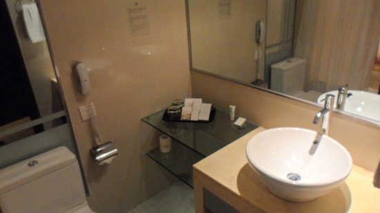 Emperor Hotel: The bath room