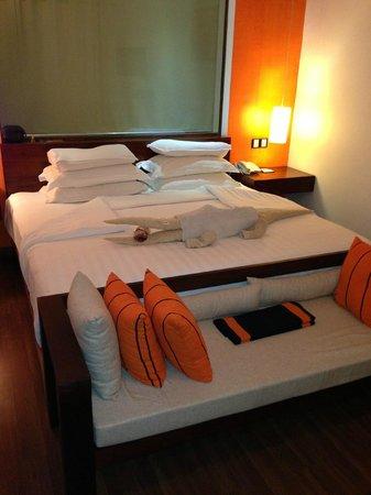 CoCo Bay Unawatuna: Кровать, а за ней штора в ванную