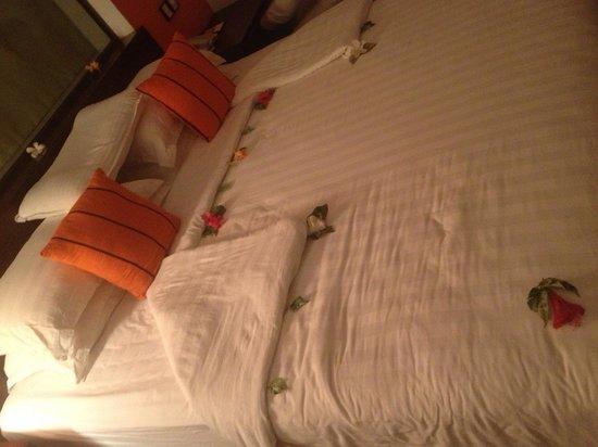 CoCo Bay Unawatuna: Цветочки на кровати)