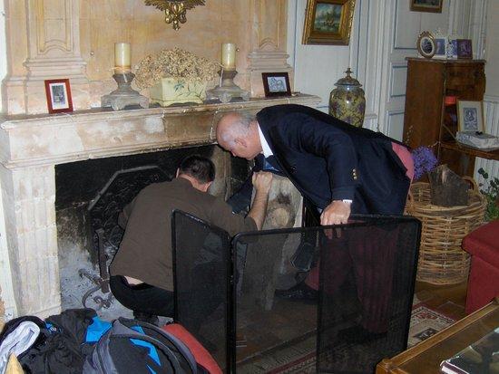 Chateau de Beaulieu : Connor und mein Mann machen Feuer