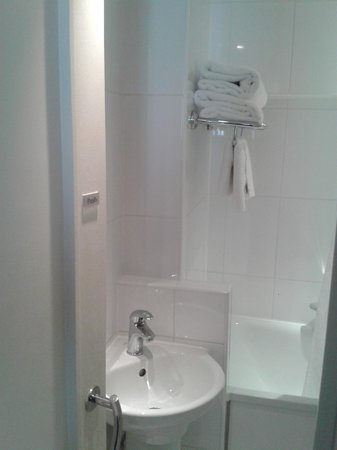 Corus Hotel Hyde Park London: Sink area