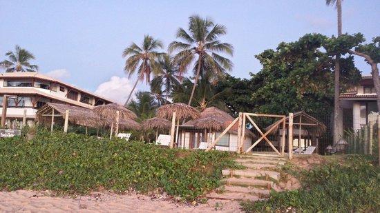Pousada Farol das Tartarugas: Visão dos chalés pela praia