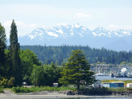 Washington State Ferries : Bainbridge Island with the Olympics in the distance