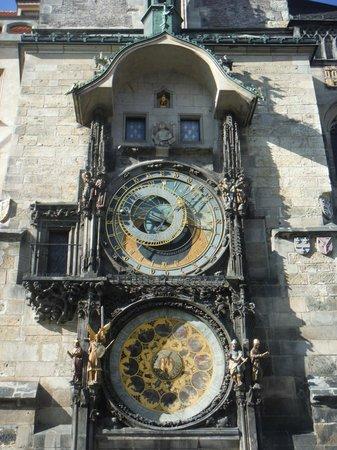Hôtel de ville de la Vieille ville et l'horloge astronomique : Днем