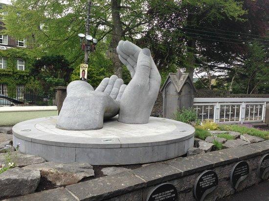 Ennis Walking Tours: Helping Hands statue