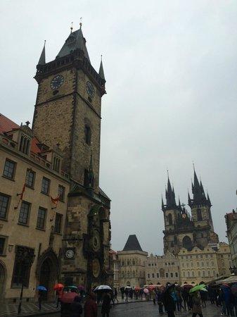 Old Town Hall and Astronomical Clock : Выходной , утро , дождик