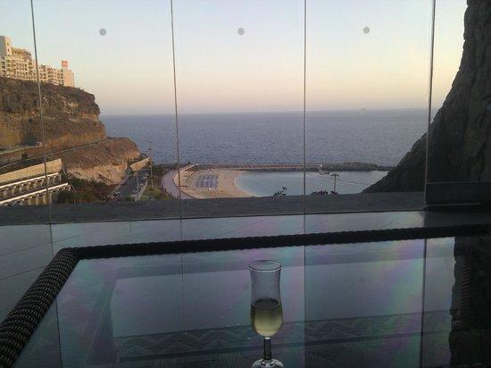 Gloria Palace Amadores Thalasso & Hotel : vista desde recepcion, nos recibieron con cava