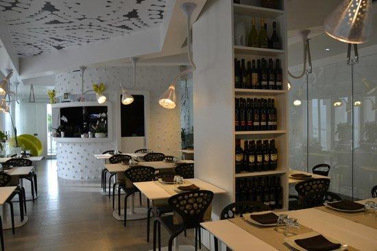 Quihotel : sala ristorante con enoteca vini salentini