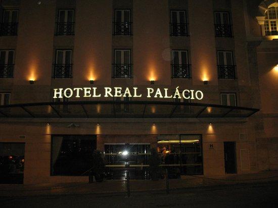Hotel Real Palacio: arrivée le soir devant l'hôtel